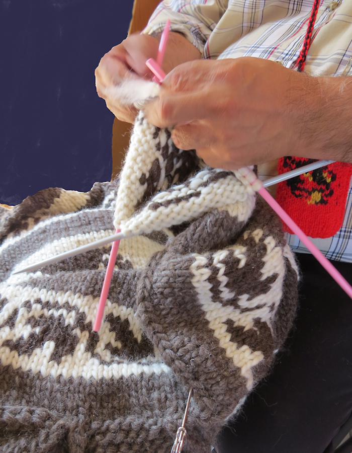 Knitting a Cowichan sweater. Quw'utsun' Cultural Centre, Duncan, BC. Photo by Andrée Fredette
